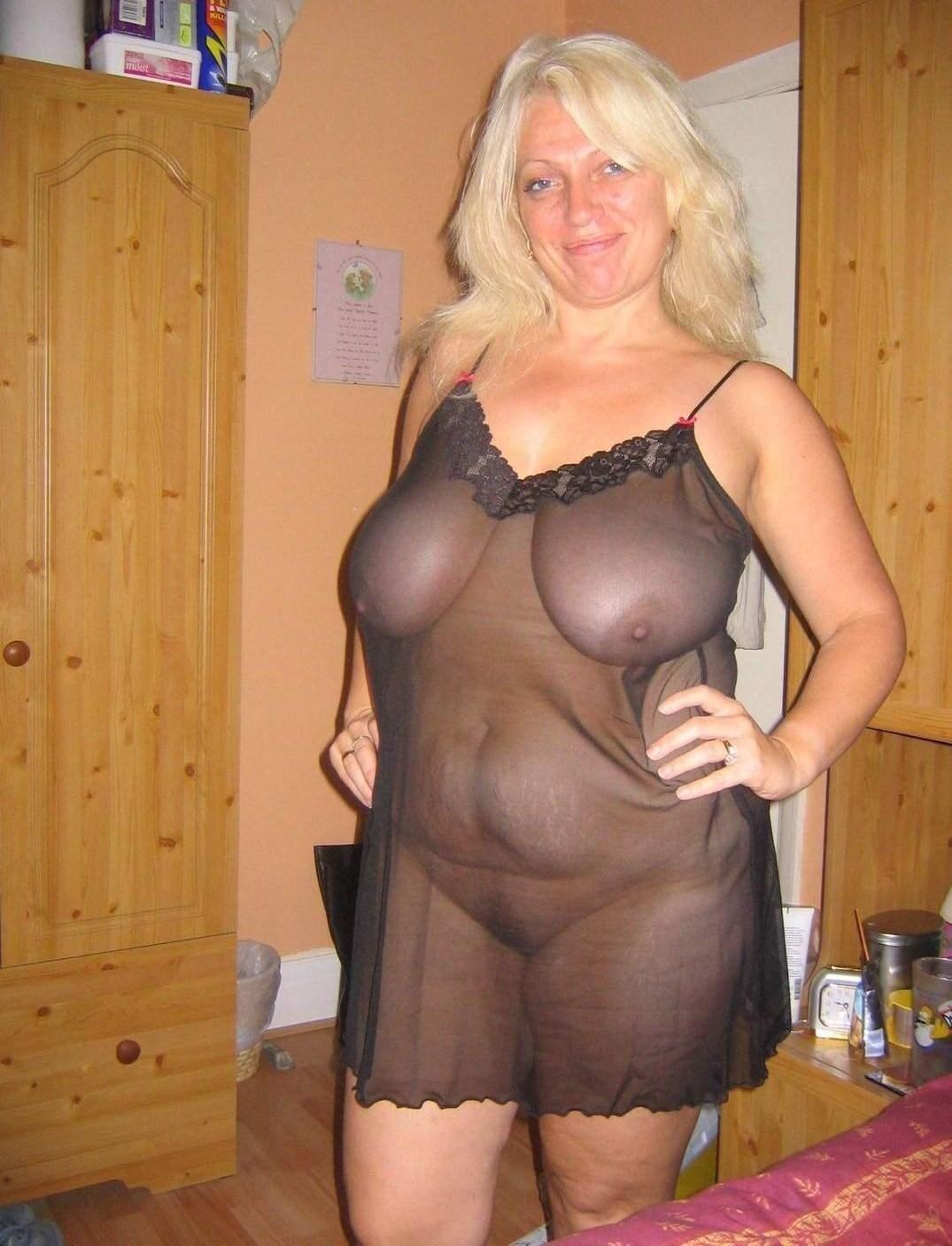Encore une blonde à grosses tétasses qui cherche un homme pour ce soir