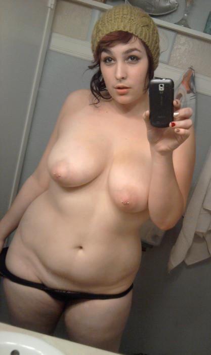 Jeune femme à grosse poitrine et aux tétons piercés